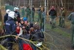 Bild på aktivister som grips av polis och militär på kärnvapenbasen Kleine Brogel i Belgien.