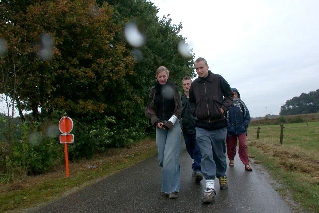 aktivister går på en tom väg