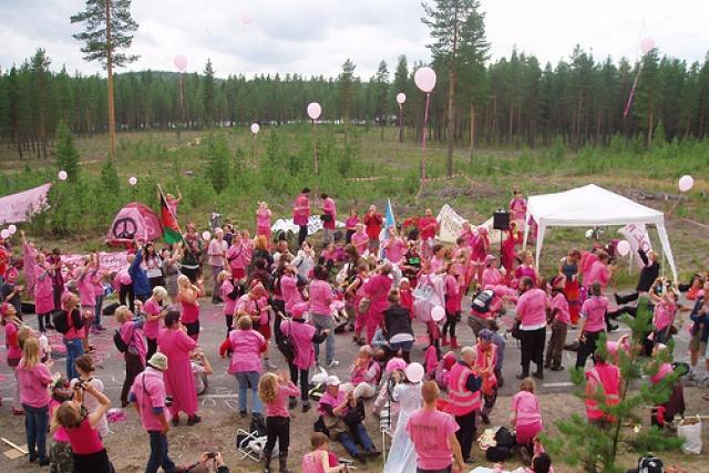 Bild på massaktion mot militära övningsområdet NEAT 2011.