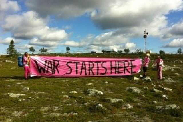 "Bild på ofogaktivister inne på NEAT med banderoll ""war starts here"""