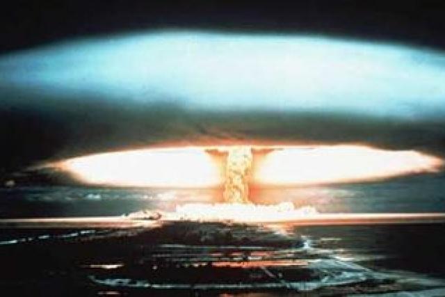 Bild på en kärnvapenexplosion över Mururoa-atollen i franska Polynesien.