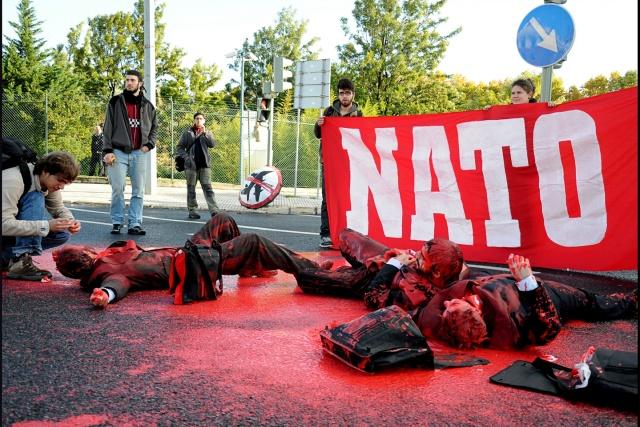 Flera personer ligge ri låtsasblod på asfalten