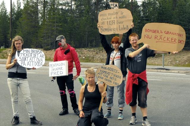 Fem personer håller upp pratbubblor med fredsbudskap