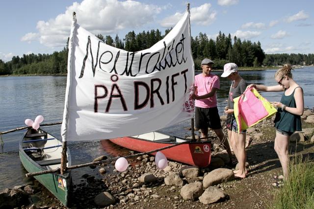 "Två hopbundna kanoter med en banderoll ""Neutralitet på drift""."