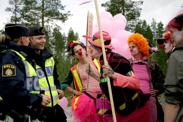 Clowner och poliser pratar glatt