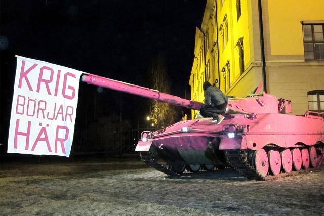 """Rosamålad stridsvagn med flagga: """"Krig börjar här"""""""