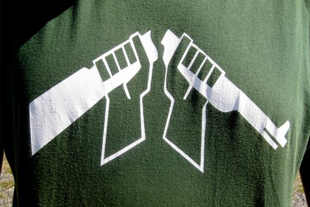 Tröjtryck: två händer som bryter av ett gevär