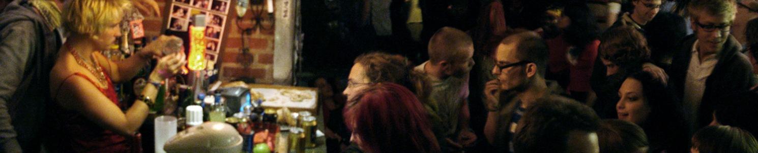 Översiktsbild inifrån festen. Stor mängd festprissar framför en bar.