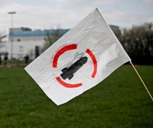 En vit flagga med bomspottings märke - en bomb i en röd cirkel