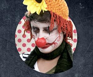 Porträtt av en clown med en blomma i hatten