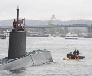 Natos ubåt möter Ofogs kanot i Göteborgs hamn